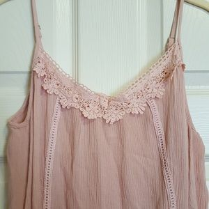 Peach camisole with lace and sidetail hem